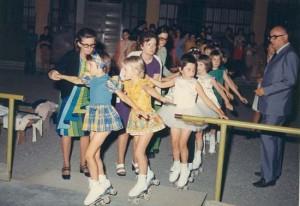 i primi dirigenti dello skating club mottense anno 1969 accompagnano gli atleti in pista